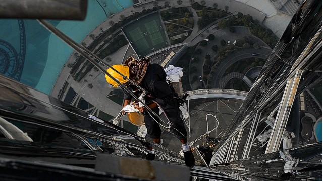 pkg jensen dubai cleaning burj khalifa_00005302.jpg