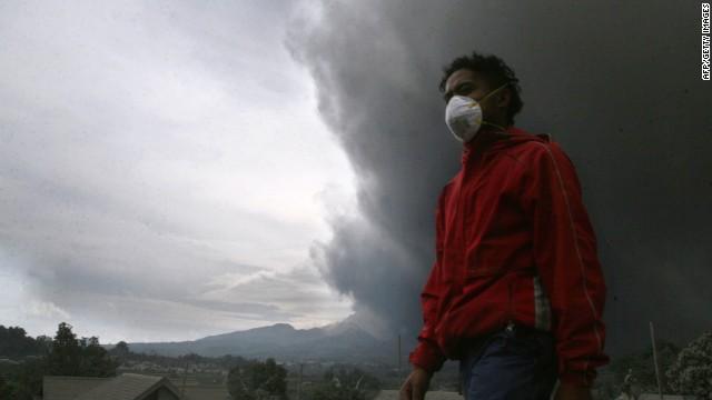 Indonesia: Volcanic ash falls like rain