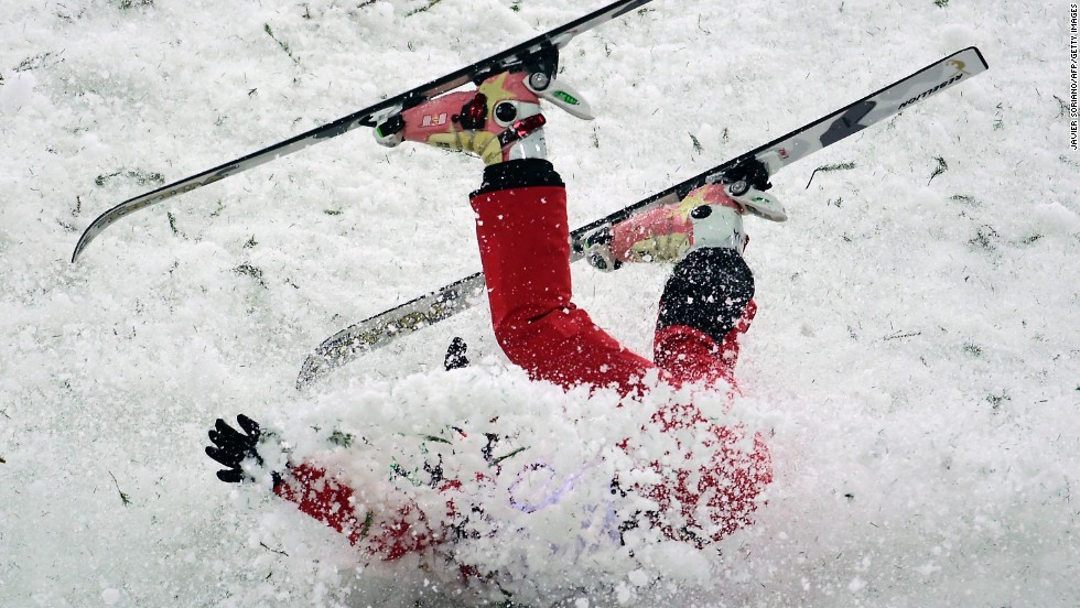 China's Li Nina crashes in women's aerials.