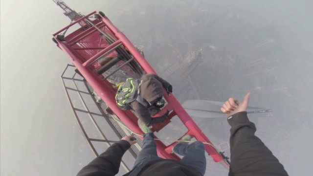 vo daredevils climb shanghai skyscraper_00002318.jpg