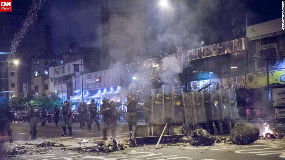 Miembros de la Guardia Nacional Bolivariana repelen a los estudiantes con bombas lacrimogenas y perdigones.