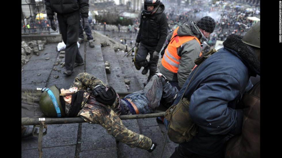 Un manifestante herido es llevado de la Plaza de la Independencia en Kiev el 20 de febrero.