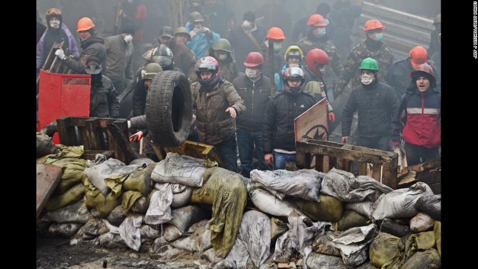 Manifestantes detrás de una barricada en Kiev el 20 de febrero.