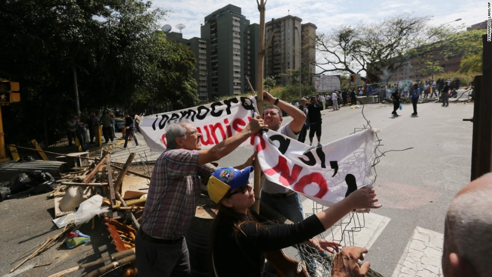 Manifestantes construyen una barricada en La Boyera, Caracas, Venezuela, el 20 de febrero. Los venezolanos reclaman por la inseguridad, la escasez y la inflación.