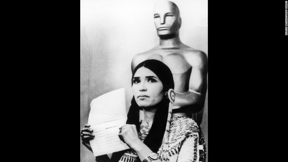 "In 1973 Marlon Brandon refuses the best actor Oscar for his role in ""The Godfather"" by sending Sacheen Littlefeather (Native American actress Maria Cruz) to read his written statement."