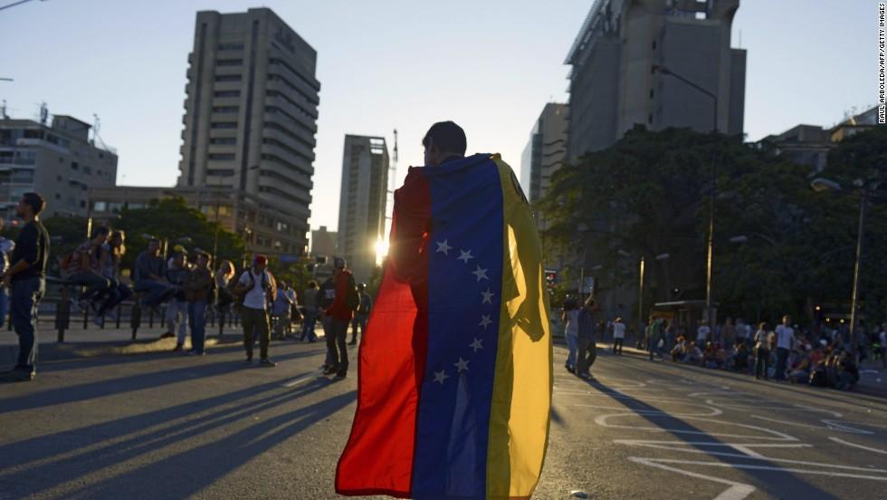"""Manifestaciones contra el gobierno de Nicolás Maduro en Caracas el 21 de febrero. La cifra de muertos por las protestas ascendió a ocho personas mientras que el Gobierno amenaza con suspender el suministro de combustible en zonas que estén """"bajo asedio fascista"""":"""