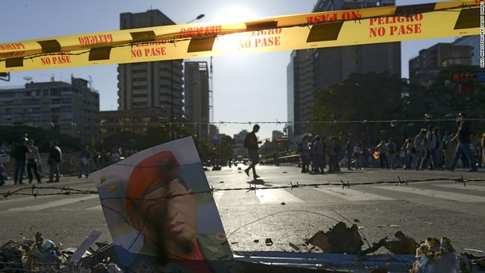 Un afiche con la imagen del fallecido Hugo Chávez se ve durante una protesta el 21 de febrero en Caracas.