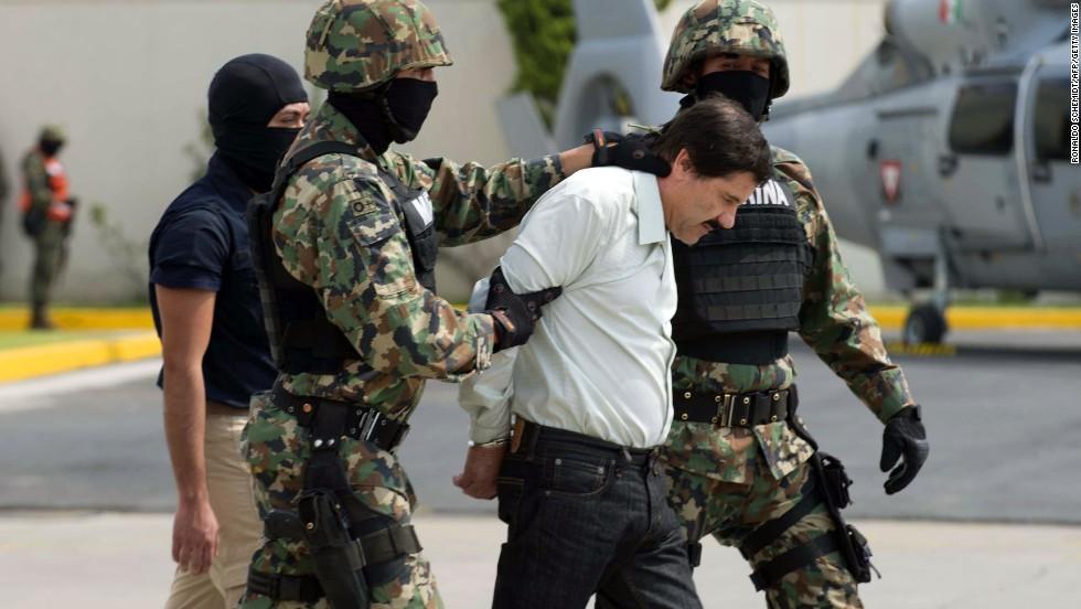 """Momentos en que el """"señor de las drogas"""" es conducido por integrantes de la marina mexicana a un helicóptero que lo llevó a una prisión federal."""