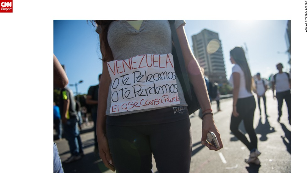"""Los manifestantes opositores reiteran la consigna de Leopoldo López: """"El que se cansa, pierde""""."""