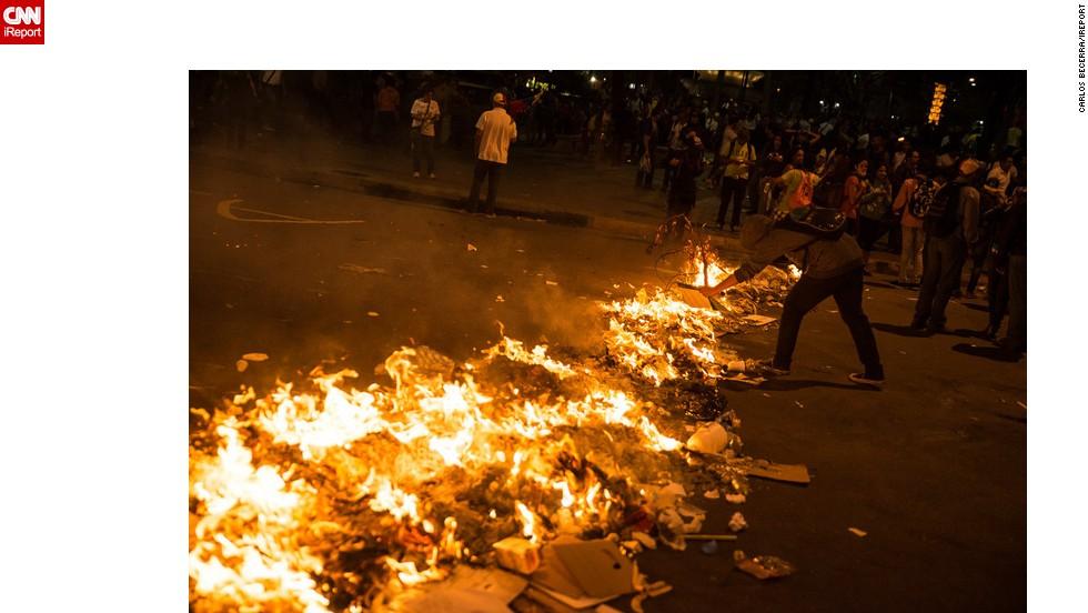 En las noches, las protestas opositoras bloquean las calles y avenidas.