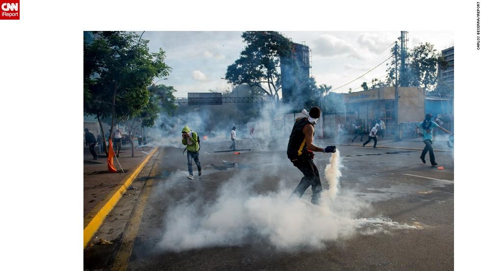 La policía arrojó gases lacrimógenops para dispersar a los manifestantes.