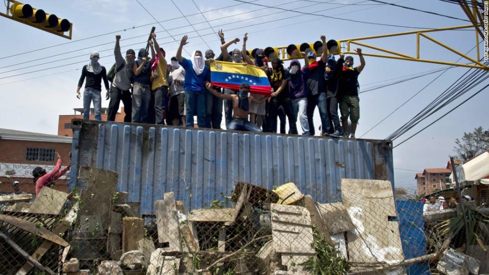 Manifestantes sobre un contenedor en San Cristóbal, capital de Táchira. Al menos 25 personas resultaron heridas el 21 de febrero en enfrentamientos con las autoridades.