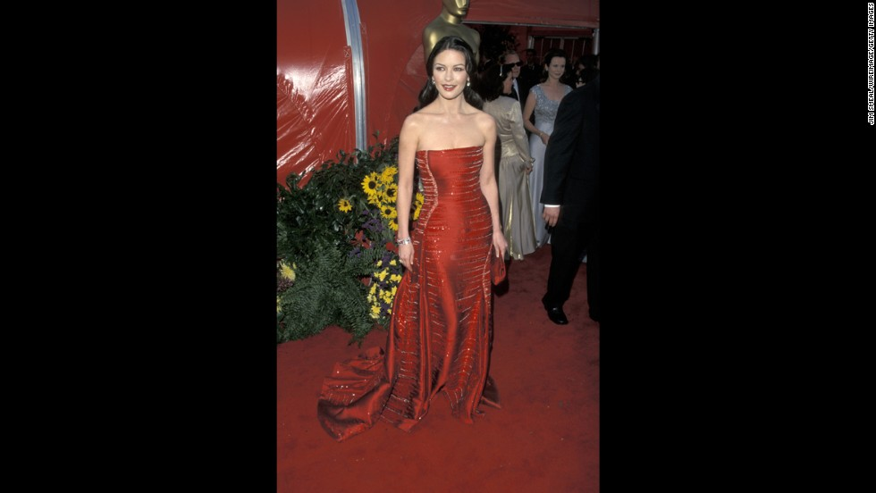 There's something about wearing red on the red carpet that can help an actress stand out in a great way. In 1999, Catherine Zeta-Jones' silken strapless gown did just that, but what really helped the star land on best-dressed lists that year was the impeccable way it fit.
