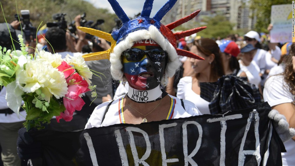 Una mujer sostiene un cartel durante una protesta contra el gobierno de Nicolás Maduro en Caracas el 26 de febrero.