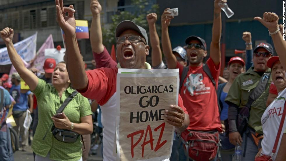 En una movilización de campesino e indígenas a favor del gobierno de Maduro en Caracas, un hombre pide la paz y critica a los 'oligarcas'.