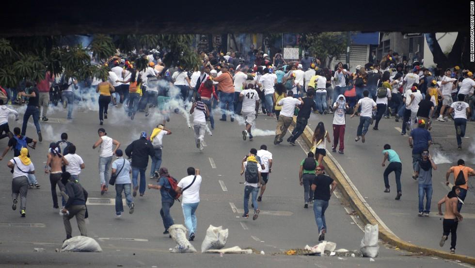Enfrentamientos entre la policía y manifestantes contra el gobierno en Caracas, el 27 de febrero.