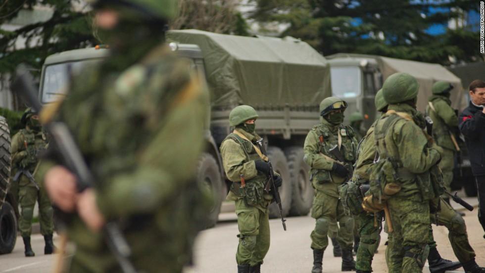 Hombres armados con uniformes militares bloquean una base militar ucraniana en Balaklava el 1 de marzo.