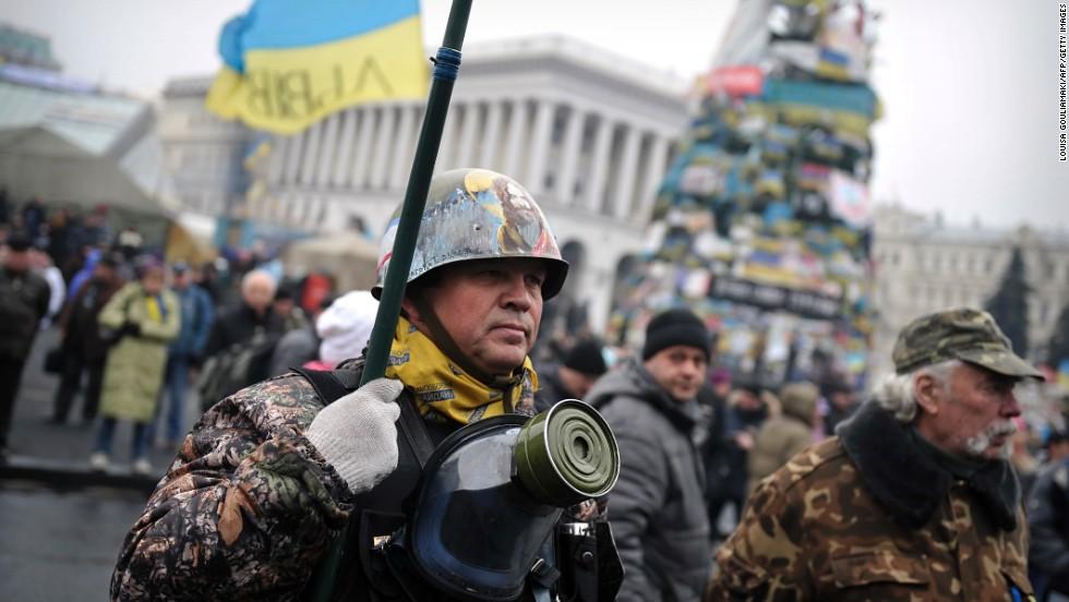 Un miembro de la unidad de autodefensa Maidan se manifiesta en apoyo a Ucrania en la Plaza de la Independencia en Kiev, Ucrania, el 2 de marzo. El nuevo gobierno tambaleante de Ucrania movilizó tropas y llamó a los reservistas militares el domingo en medio de señales de la intervención militar rusa en la península de Crimea. El ministro de Defensa dijo que Kiev no tenía ninguna posibilidad contra las tropas rusas en una crisis que ha aumentado los temores de un conflicto.