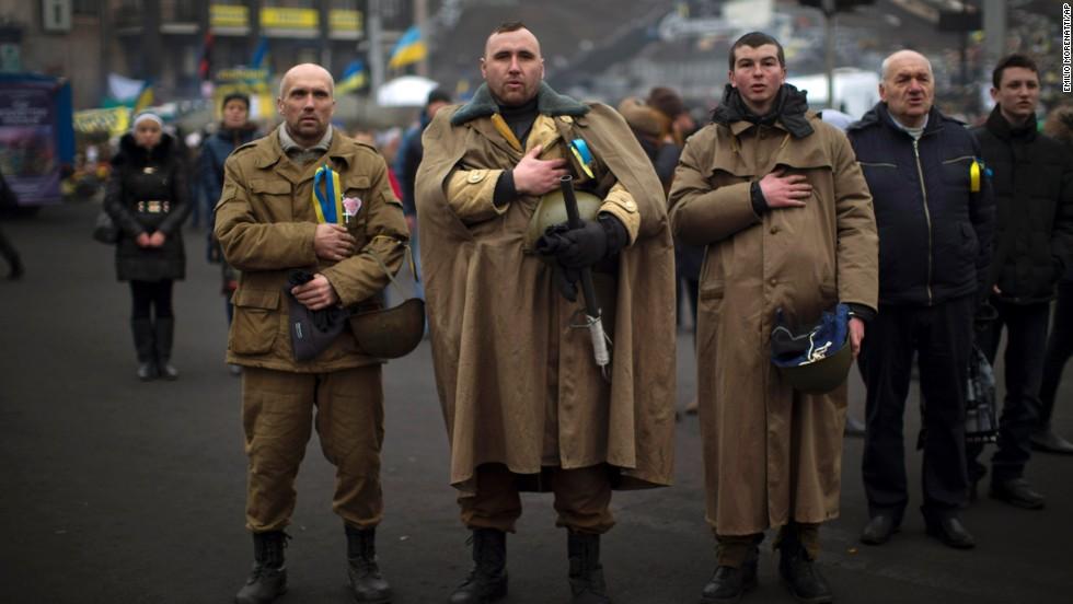 Manifestantes opositores al derrocado presidente Viktor Yanukovich cantan el himno nacional de Ucrania en la Plaza de la Independencia de Kiev el sábado, 1 de marzo.