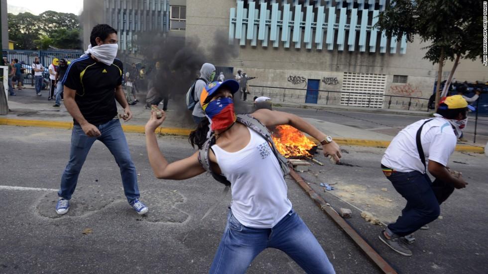 Manifestantes opositores arrojan rocas a la policía durante una protesta contra el Gobierno el 2 de marzo en Caracas.