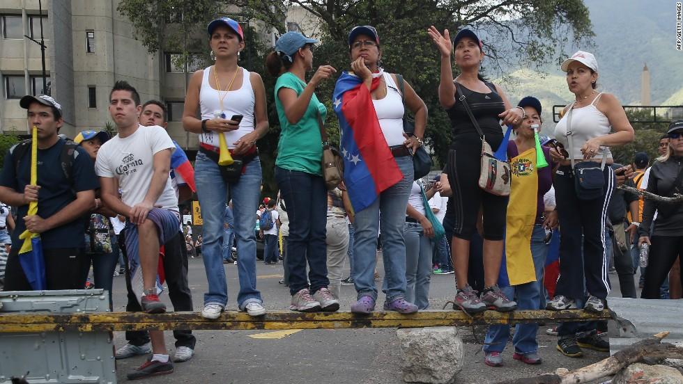 Manifestantes sobre una barricada durante una protesta opositora el 2 de marzo en Caracas.