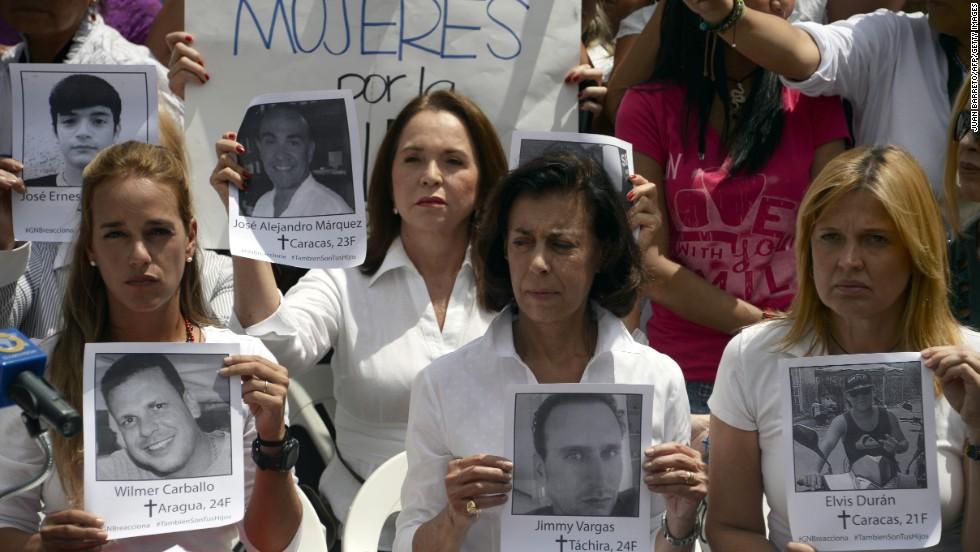 Lilian Tintori, esposa del opositor encarcelado Leopoldo López, asiste a una protesta frente a la OEA en Caracas.