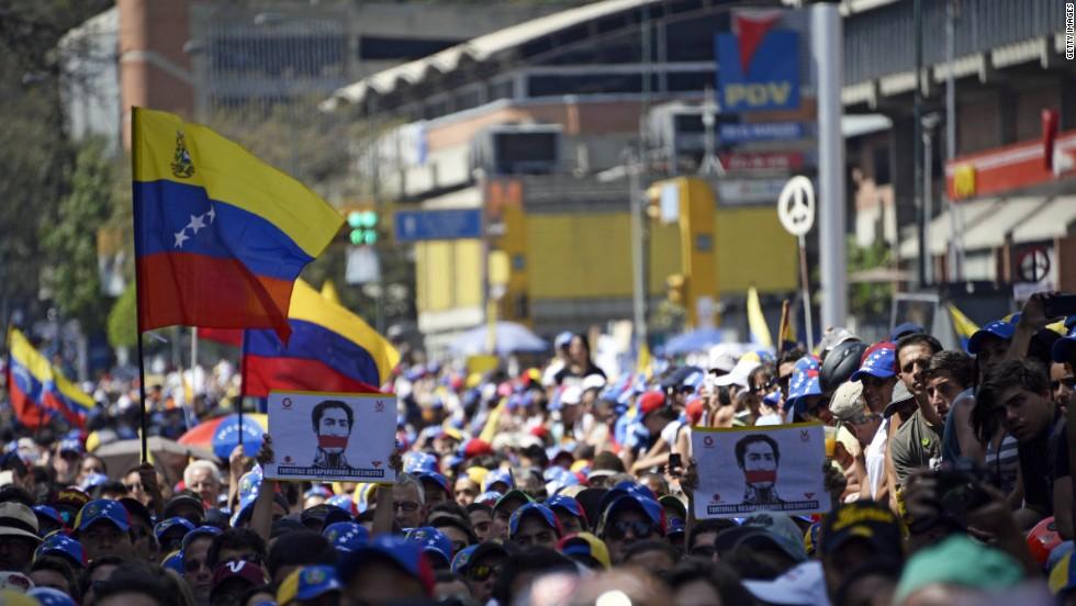 Manifestantes opositores participan de una protesta contra el Gobierno en Caracas el 4 de marzo.
