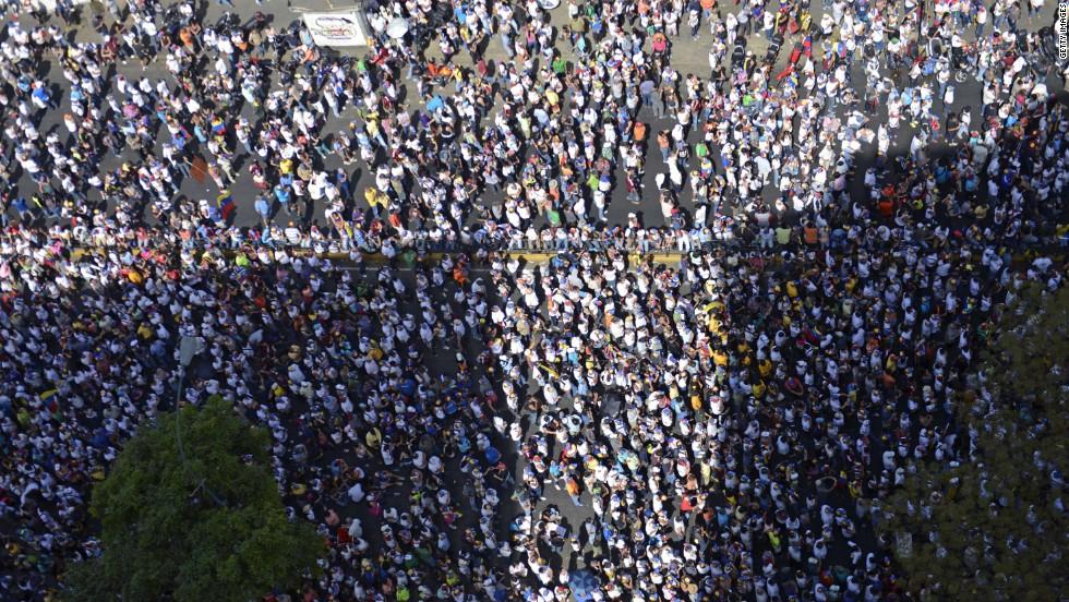 Vista cenital de una marcha opositora en Caracas el 4 de marzo.