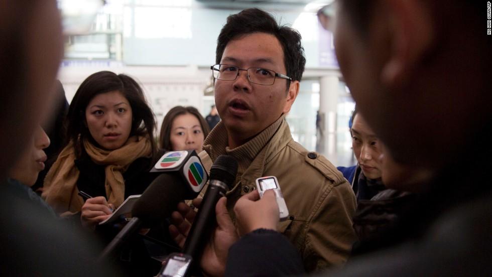 Un hombre de Malasia, que dice que tiene familiares a bordo del vuelo, habla con periodistas en el aeropuerto de Beijing el 8 de marzo.