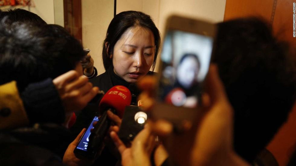 Wang Yue, director de marketing de Malaysia Airlines en China, lee un comunicado de la compañía durante una conferencia de prensa en el hotel Metro Park Lido en Beijing el 8 de marzo.