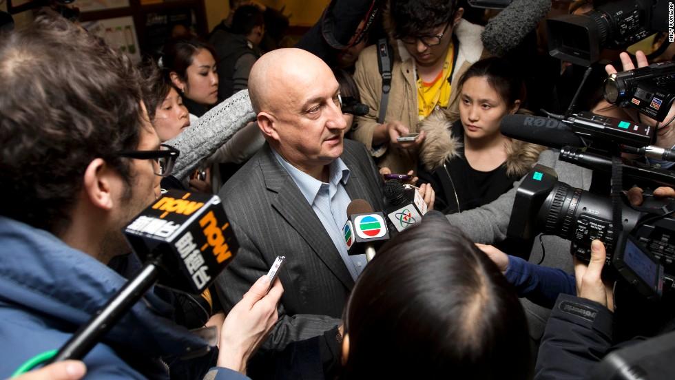 Hugh Dunleavy, director comercial de Malaysia Airlines, habla a los periodistas el 9 de marzo en un hotel, donde los familiares y amigos de los pasajeros a bordo del avión desaparecido se quedan en Beijing.