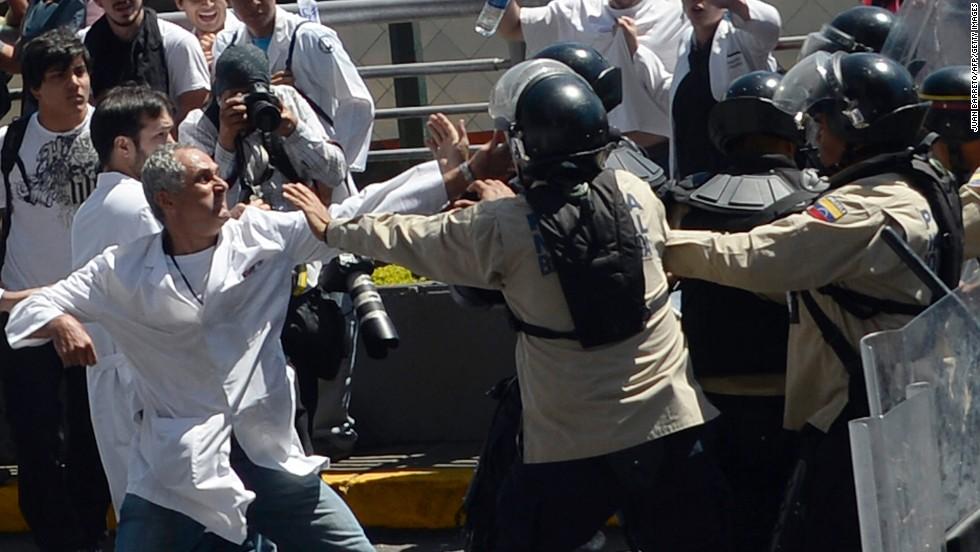 Trabajadores del sector salud en Venezuela se enfrentan a la policía durante una protesta en Caracas el 10 de marzo.