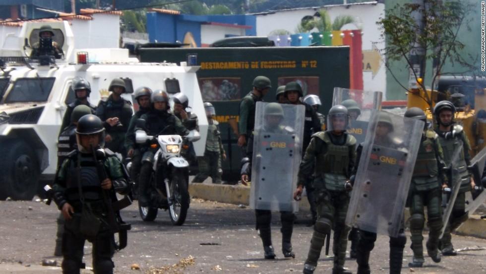 Policías antidisturbios durante una protesta de opositores en San Cristóbal, estado Táchira.
