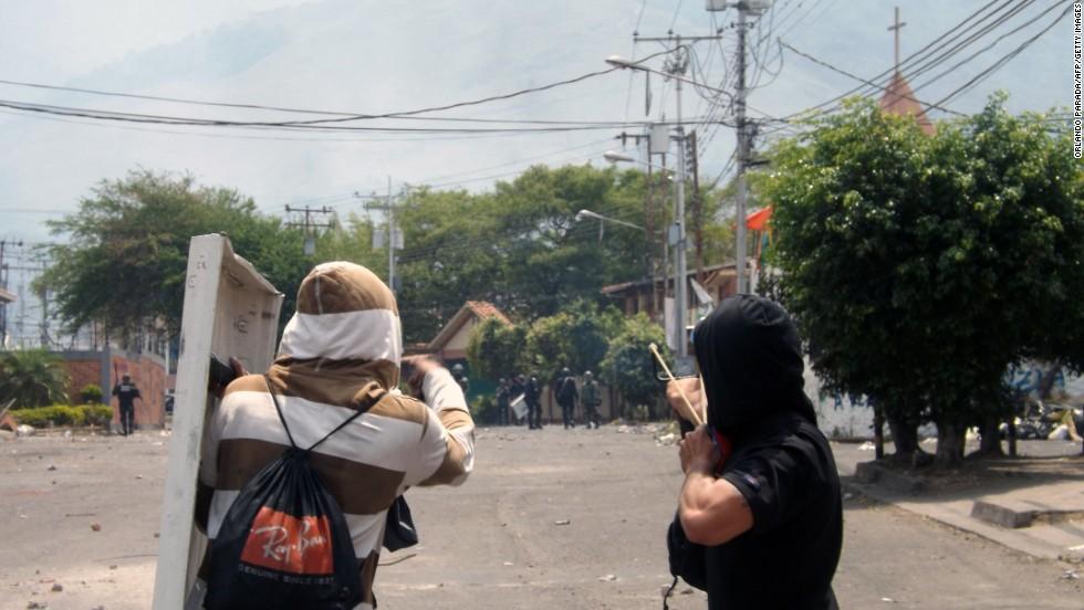 Manifestantes opositores arrojan rocas durante una protesta en San Cristóbal, estado Táchira, el 11 de marzo. La cifra de muertos tras cinco semanas de protestas llegó a 21 tras la muerte de un estudiante en San Cristóbal.