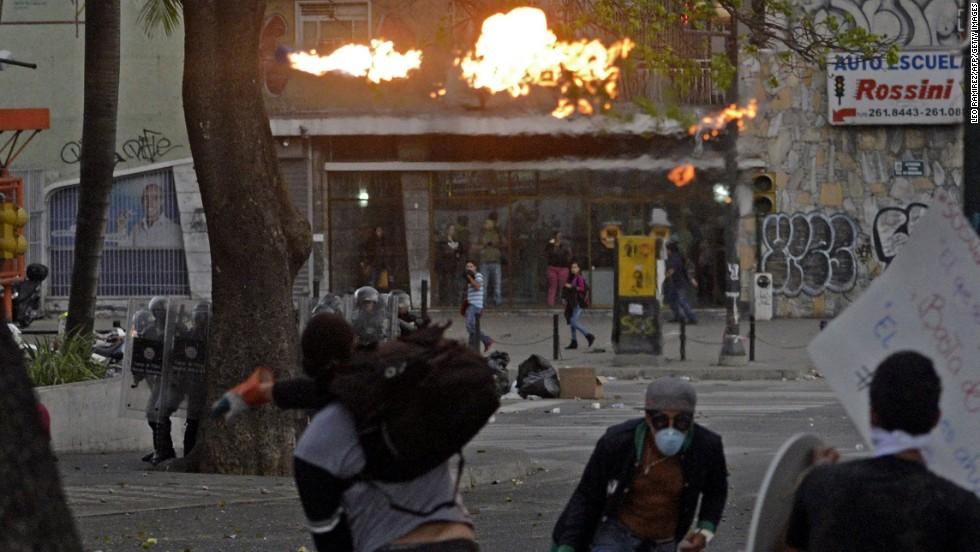 Manifestantes opositores se enfrentan a la policía durante una protesta en Caracas el 13 de marzo.