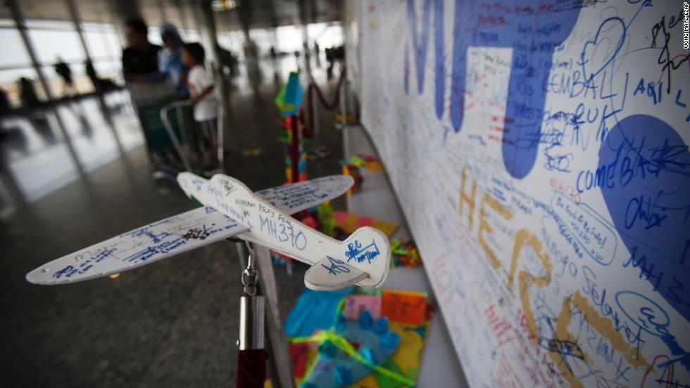 Un avión de espuma con mensajes personalizados dedicados a las personas involucradas con los desaparecidos con el avión MH370 Malaysia Airlines en el mirador en el aeropuerto internacional de Kuala Lumpur, el sábado, 15 de marzo 2014 en Sepang, Malasia.