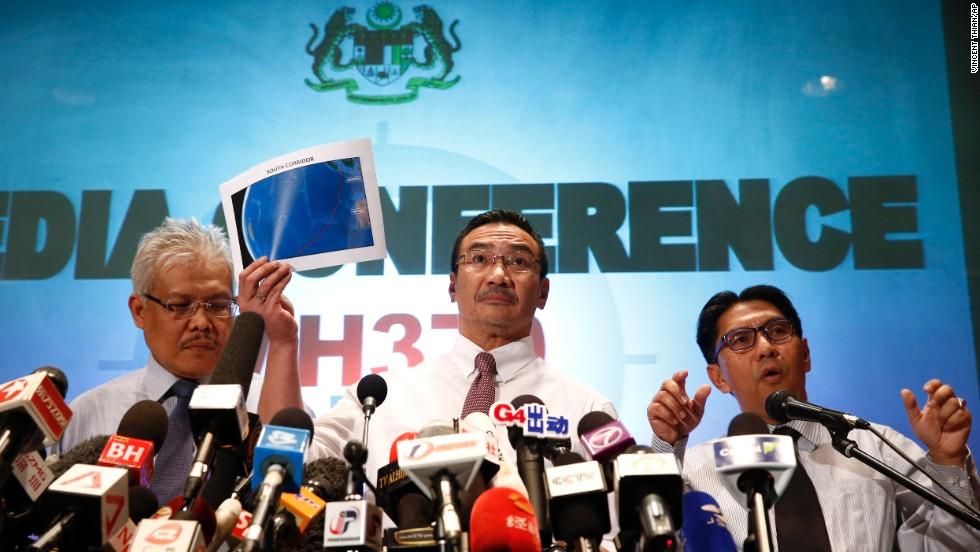 El ministro de Transporte de Malasia, Hishamuddin Hussein, centro, muestra mapas del Corredor Sur y el Corredor Norte de la búsqueda y rescate junto con el director general del Departamento de Malasia de la Aviación Civil, Azharuddin Abdul Rahman, a la derecha, y vicecanciller de Malasia, Hamzah Zainudin, durante una conferencia de prensa en un hotel al lado del aeropuerto internacional de Kuala Lumpur, en Sepang, Malasia lunes 17 de marzo de 2014.