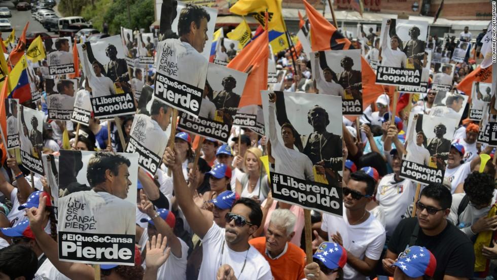 Seguidores de Leopoldo López participan de una marcha al cumplirse el primer mes de detención del líder opositor.