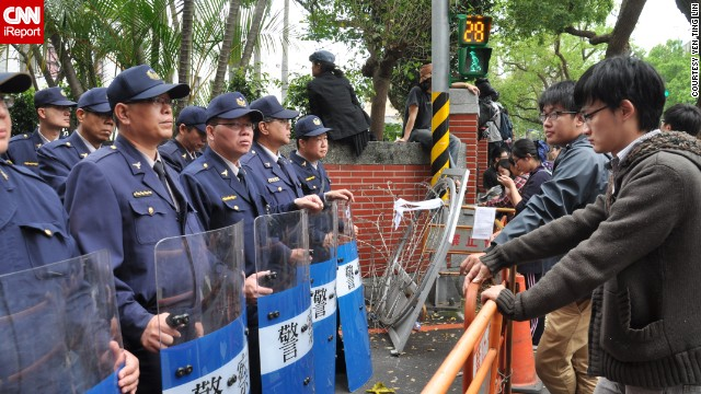 Students and officers face off outside the Legislative Yuan.