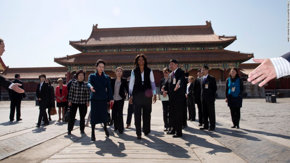 Obama and Peng Liyuan, the wife of Chinese President Xi Jinping, are escorted by officials as they visit the Forbidden City in Beijing.