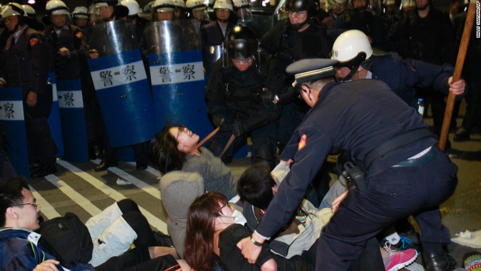Students are removed by police after storming government buildings in Taipei on March 24.