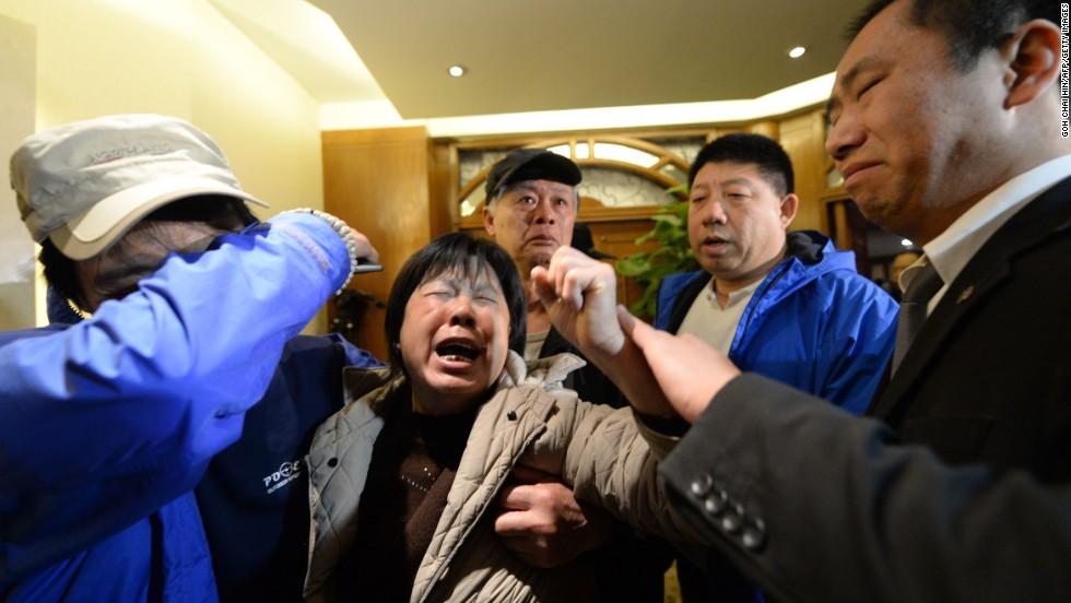 Familiares furiosos lloran tras la noticia de que el avión cayó al Océano Índico y que todos a bordo habrían muerto.