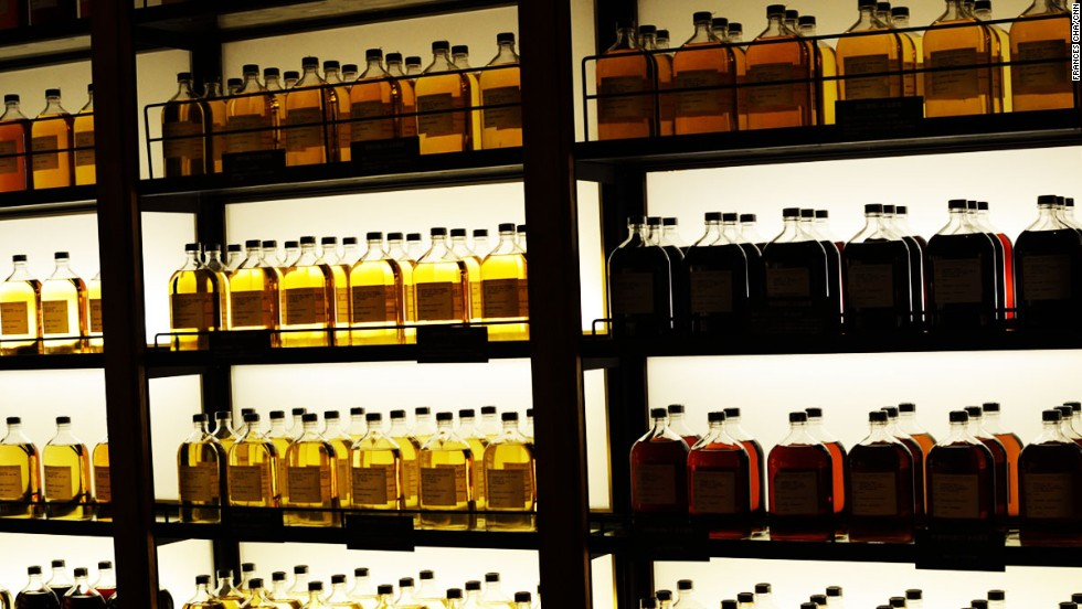 At the gift shop and bar, visitors can buy or sample whiskeys only available on site, in addition to Suntory's standard offerings and whiskeys from around the world.
