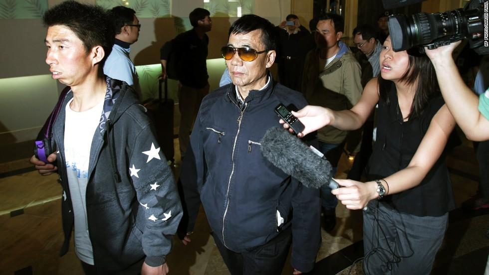 Los familiares de los pasajeros del vuelo 370 llegaron a Kuala Lumpur y les exigen a las autoridades de Malasia que entreguen evidencias sobre lo que ocurrió con el vuelo.