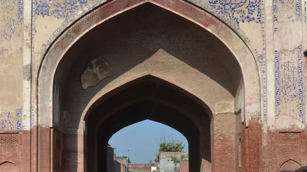 Built by Mughals in 1640, Sarai Amanat Khan is a fantastic remnant of ancient architecture. It once served travelers on the Agra-to-Lahore trade route and was a prosperous pit stop.