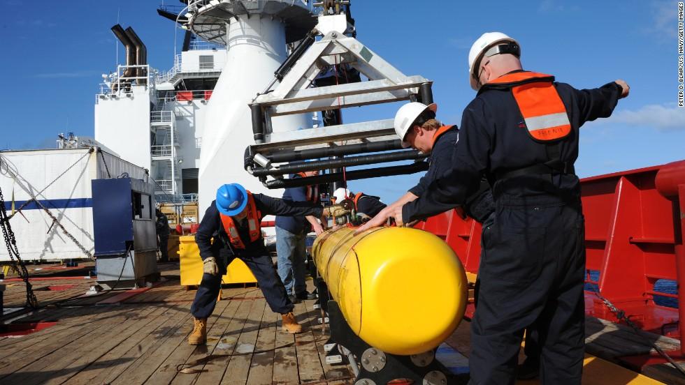 En esta imagen proporcionada por la Armada de EE.UU. se ve El Bluefin 21, Artemis, vehículo submarino autónomo (AUV) a bordo del buque Ocean Shield de Australia, que se sumó a las tareas de búsqueda de los posibles restos del avión de Malaysia Airlines en el océano.