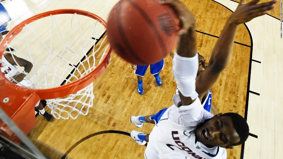 Daniels dunks against the Kentucky Wildcats.