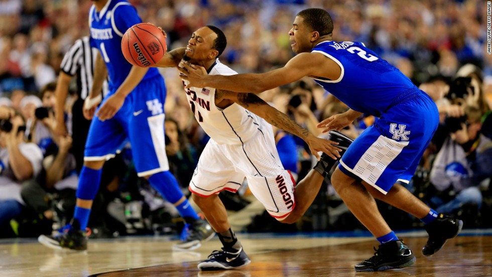 Kentucky guard Aaron Harrison defends against Boatright.