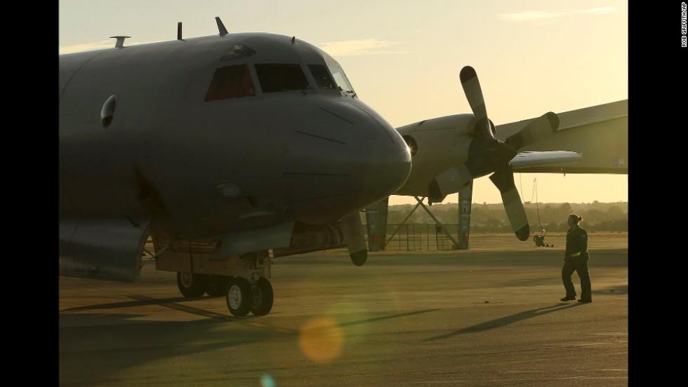 Un avión de la Fuerza Aérea Australiana llega a Perth tras una jornada de búsqueda del vuelo 370 de Malaysia Airlines el 8 de abril.
