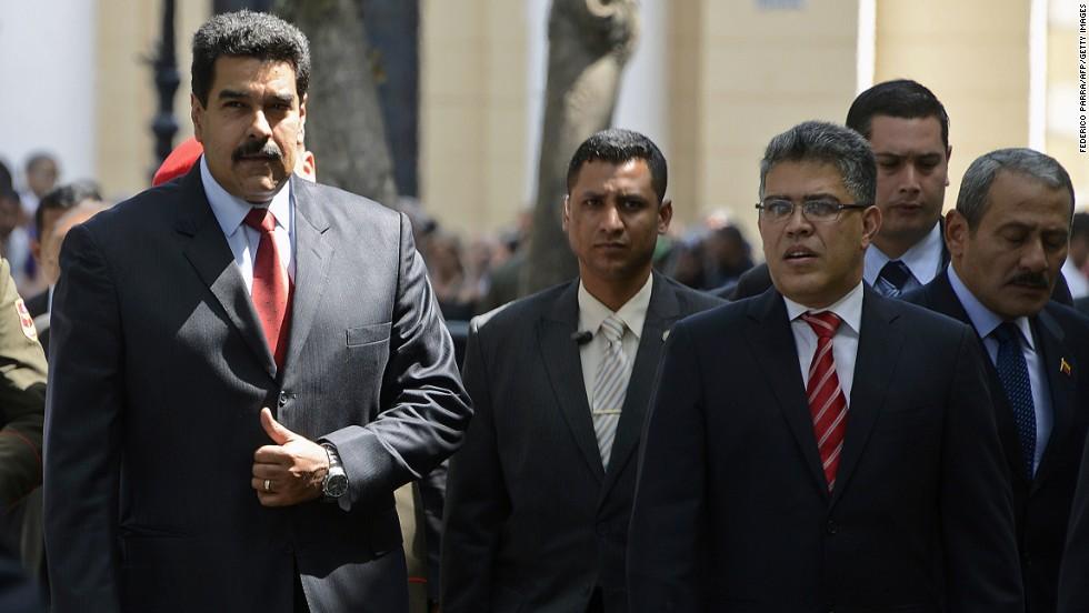 El presidente Nicolás Maduro y el canciller Elías Jaua se dirigen hacia la reunión con miembros de la oposición y cancilleres de Unasur.